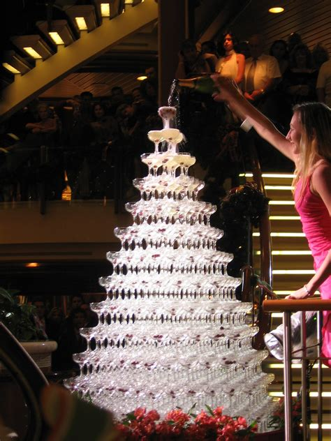 Champagne fountain | Over 700 glasses in this pyramid